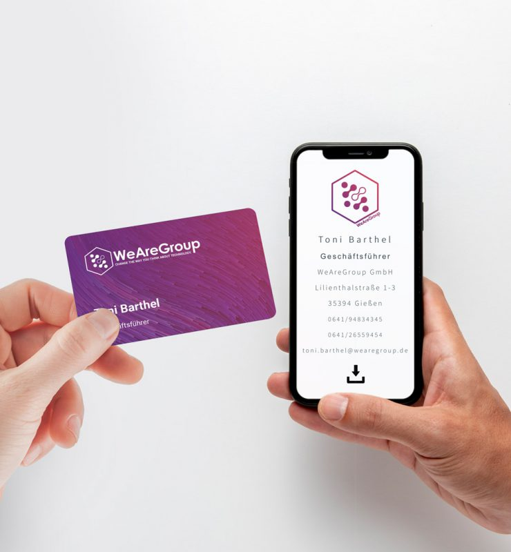 Digitale Visitenkarte wird an Smartphone gehalten