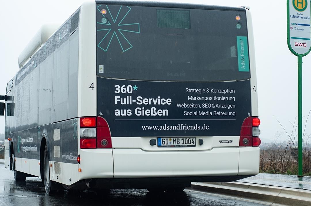 Rückansicht der Busgestaltung an einer Bushaltestelle am alten Flughafen