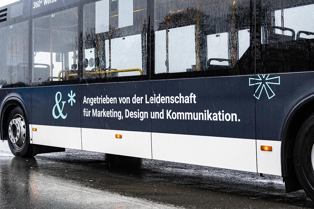 Detailansicht der Busbeschriftung: Angetrieben von der Leidenschaft für Marketing, Design und Kommunikation