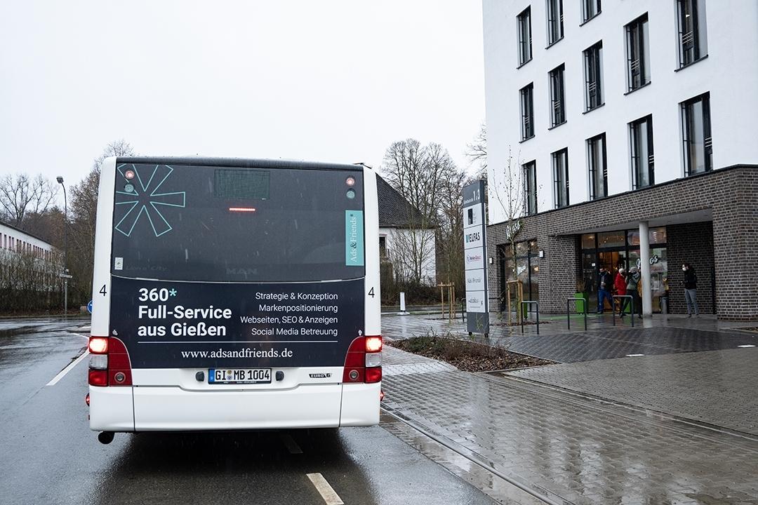 Rückansicht der Ads&Friends Busansicht vor dem Firmengebäude